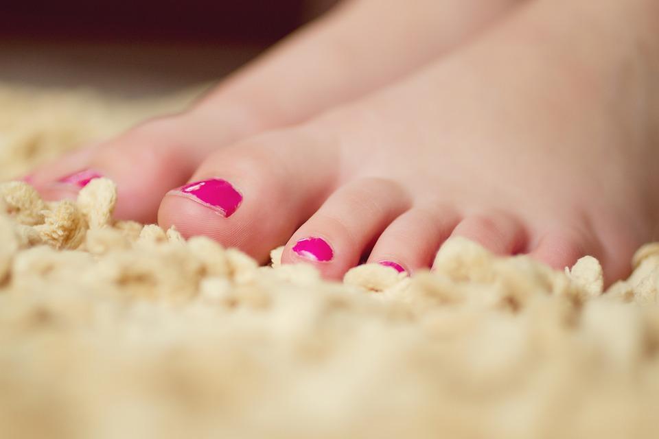 ženské nohy na koberci