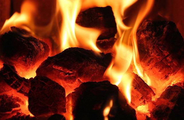 hořící uhlí