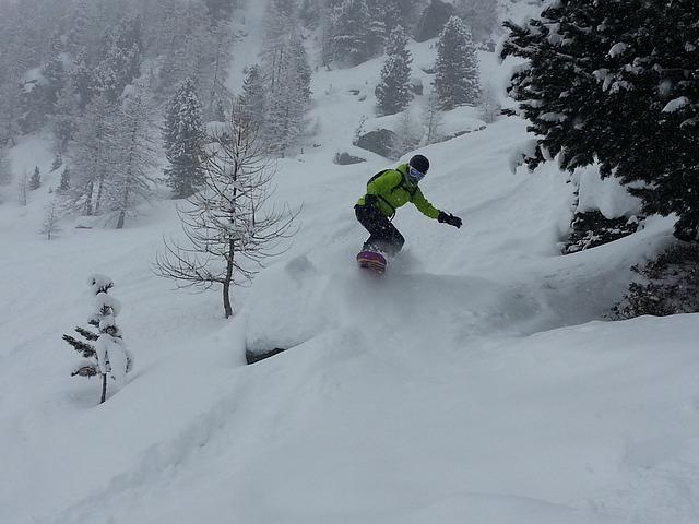 muž na snowboardu