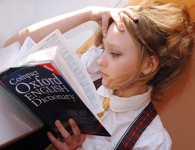 dívka studující slovník