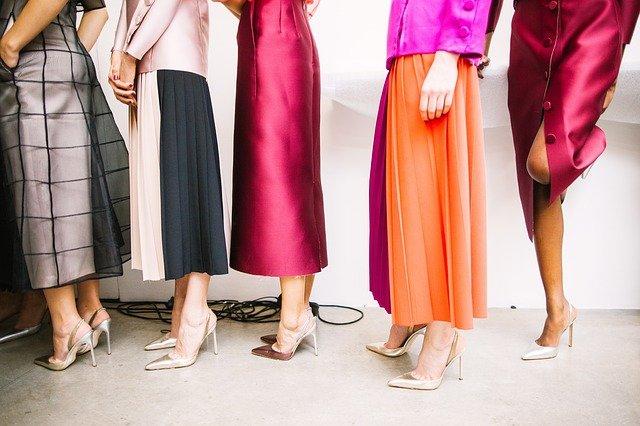 ženy v barevných sukních