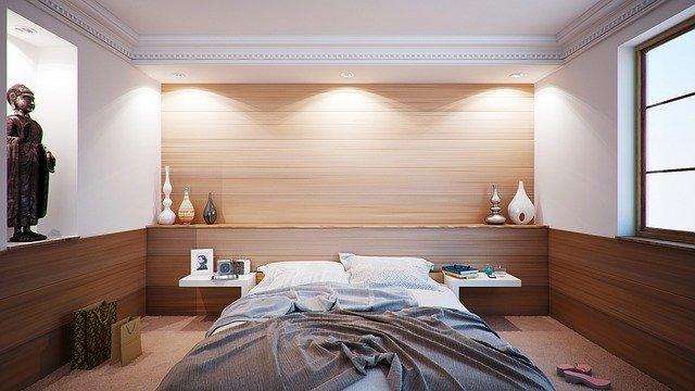 ložnice obložená dřevem