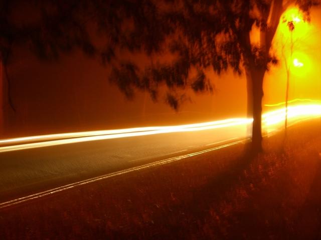 automobilová světla na silnici