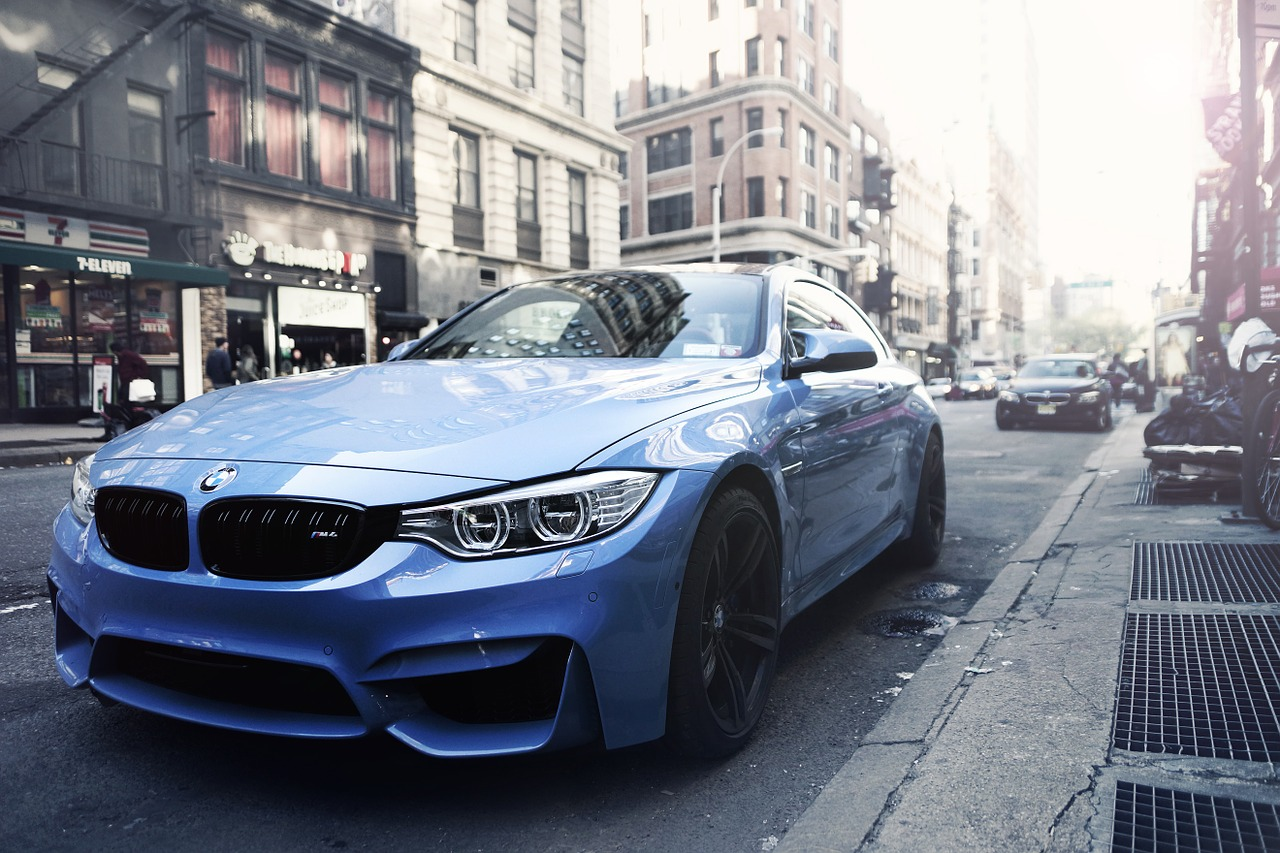 zaparkované BMW u domu